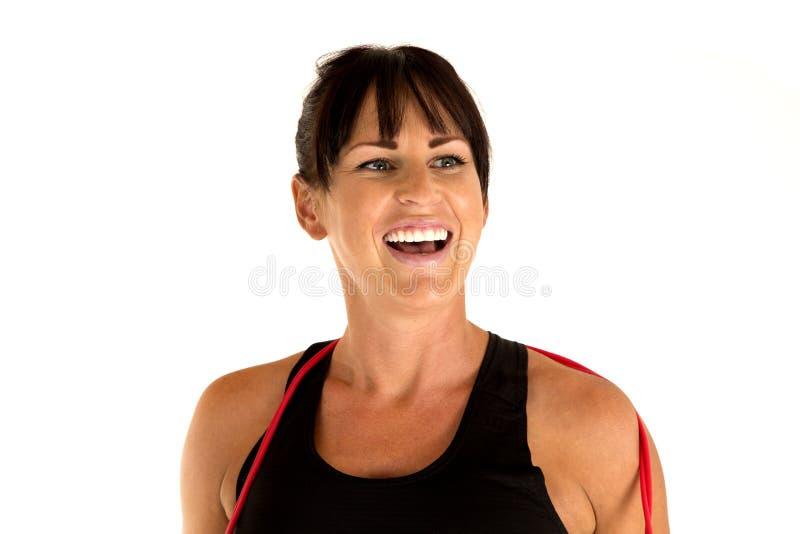 Het vrouwelijke model glimlachen na een springtouwtraining stock afbeelding