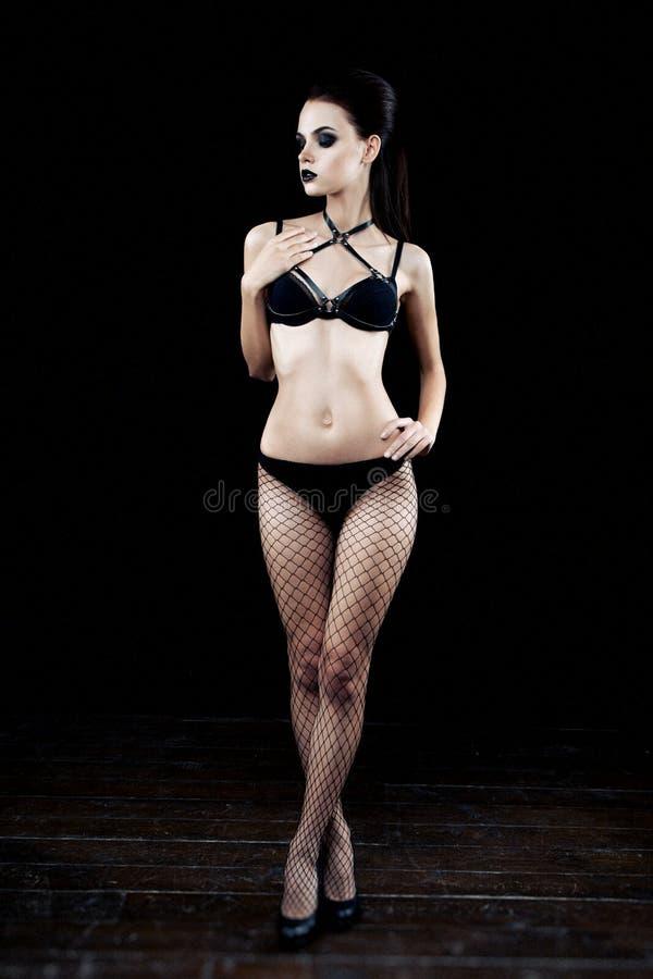 Het vrouwelijke model met donkere gotisch maakt omhoog stock foto's