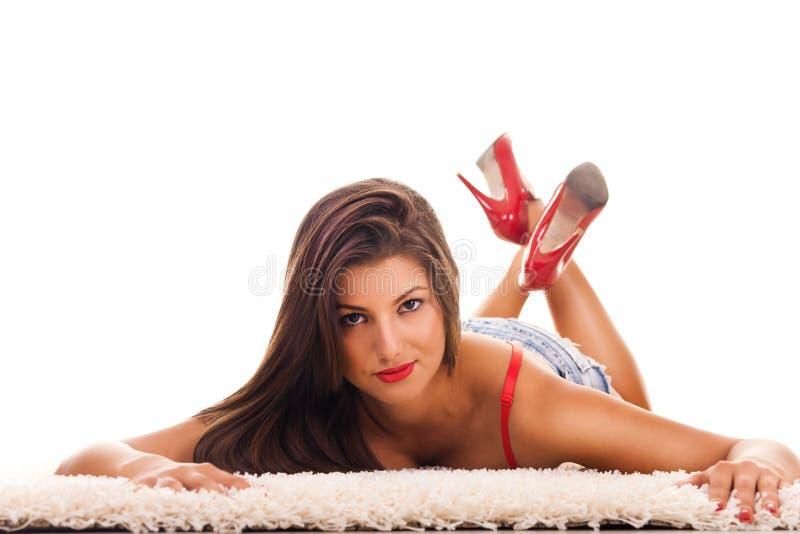 Het vrouwelijke model stellen op vloer royalty-vrije stock foto
