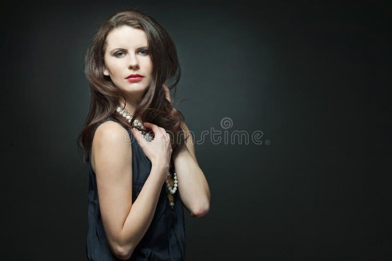 Het vrouwelijke model van de manier met lang krullend haar. royalty-vrije stock foto's