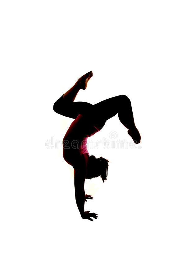 Het vrouwelijke model van de yogageschiktheid in handstnd stelt vrksasana adho-Mukha royalty-vrije stock afbeeldingen