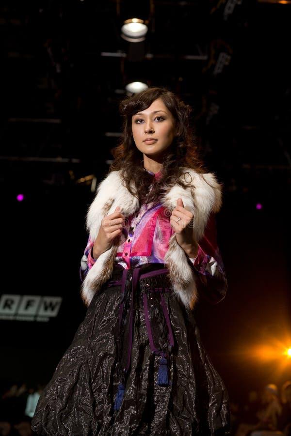 Het vrouwelijke model van Glam bij een modeshow (Russische Fashio stock foto's