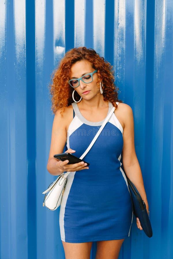 Het vrouwelijke ondernemer texting op smartphone buiten royalty-vrije stock afbeeldingen