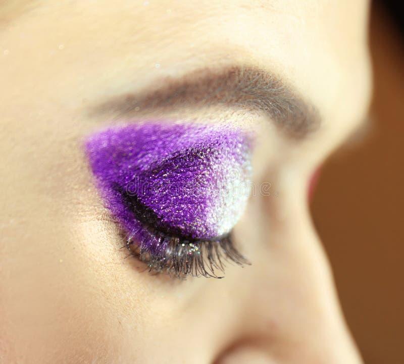 Het vrouwelijke oog met luim schittert make-upclose-up stock foto