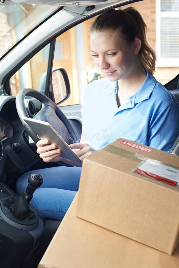 Het vrouwelijke Pakket van KoeriersIn Van With Digital Tablet Delivering aan stock fotografie