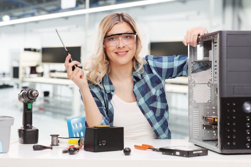 Het vrouwelijke PC-technicus stellen in een bureau royalty-vrije stock fotografie