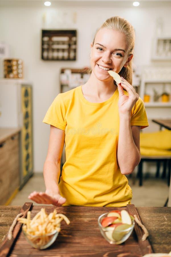 Het vrouwelijke persoon koken, natuurvoeding het voorbereidingen treffen royalty-vrije stock afbeeldingen