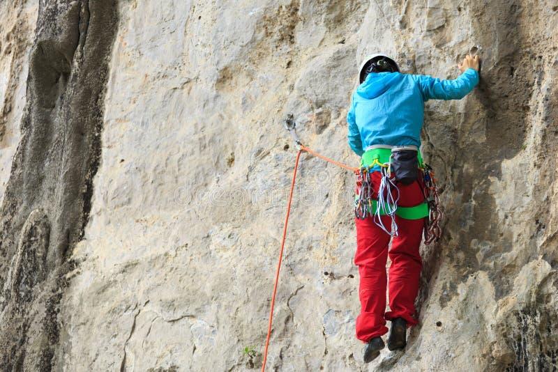 Het vrouwelijke rotsklimmer beklimmen stock afbeeldingen