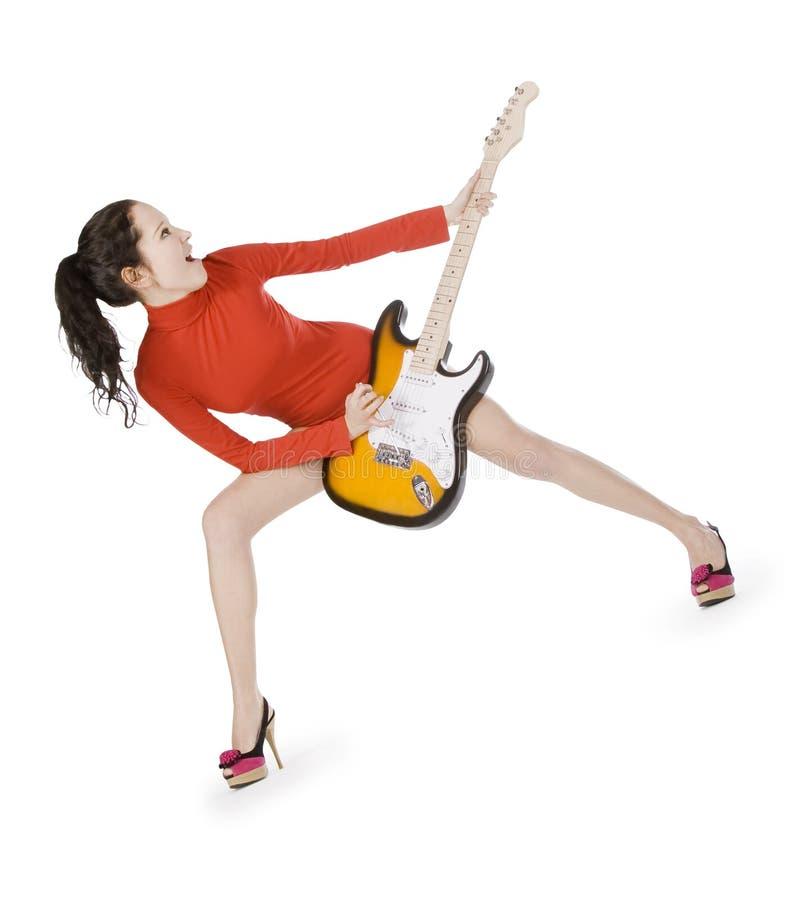 Het vrouwelijke stellen met gitaar over wit royalty-vrije stock afbeeldingen