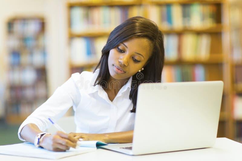 Het vrouwelijke student bestuderen stock foto's