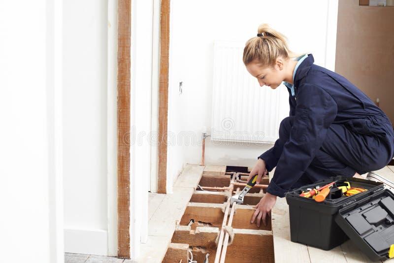 Het vrouwelijke Systeem van Loodgieterfitting central heating royalty-vrije stock foto