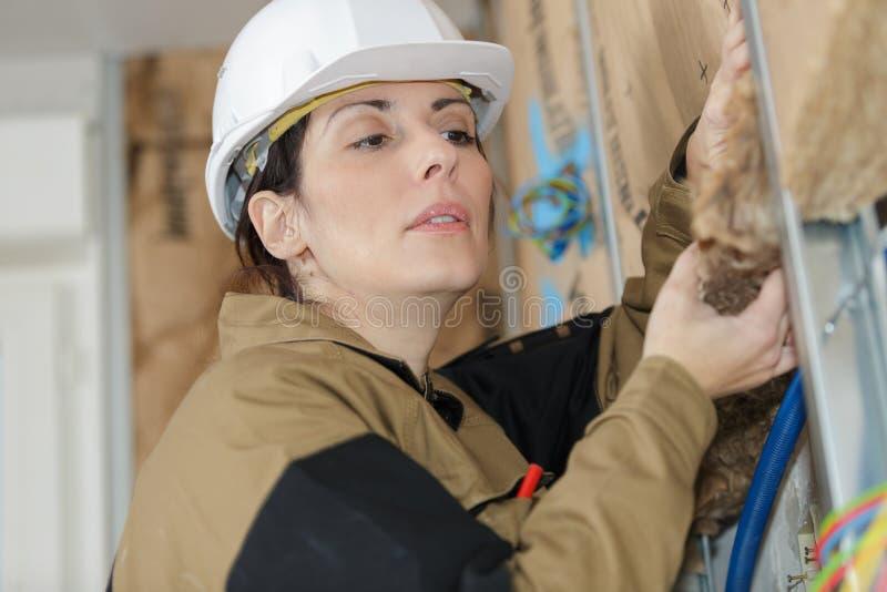 Het vrouwelijke teken van de bouwersholding of storaxschuimisolatie royalty-vrije stock foto