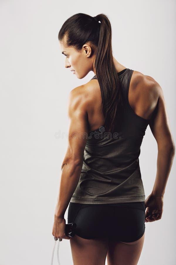 Het vrouwelijke touwtjespringen van de bodybuilderholding royalty-vrije stock fotografie