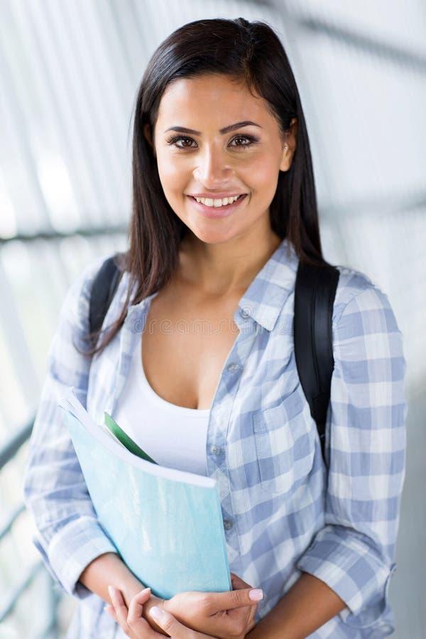 Download Het Vrouwelijke Universitaire Student Glimlachen Stock Foto - Afbeelding bestaande uit modern, schitterend: 39100800