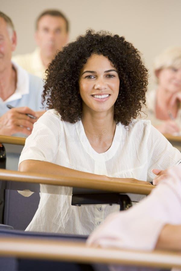 Het vrouwelijke volwassen student luisteren stock foto