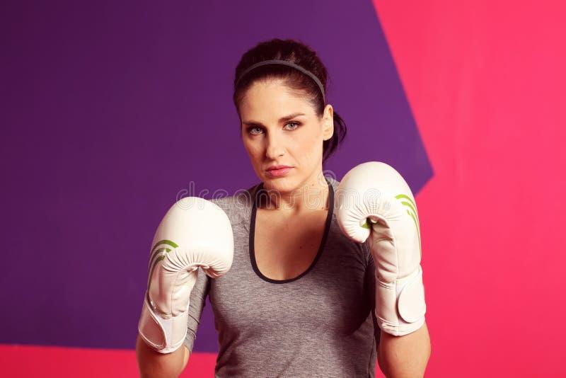 Het vrouwelijke vrouw in dozen doen met witte handschoenen stock foto's