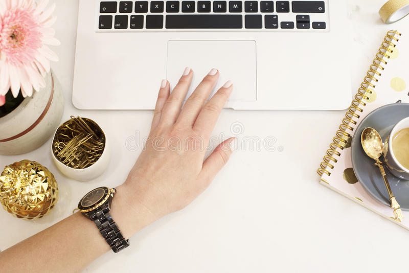Het vrouwelijke werkplaatsconcept in vlakte legt stijl met laptop, koffie royalty-vrije stock foto