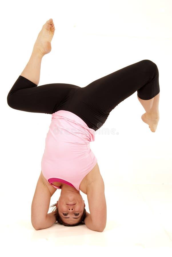Het vrouwelijke yoga model stellen in de open hoek stelt headstand spleten stock afbeeldingen