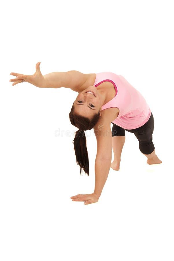 Het vrouwelijke yogamodel in Wild Ding Camatkarasana stelt stock afbeeldingen
