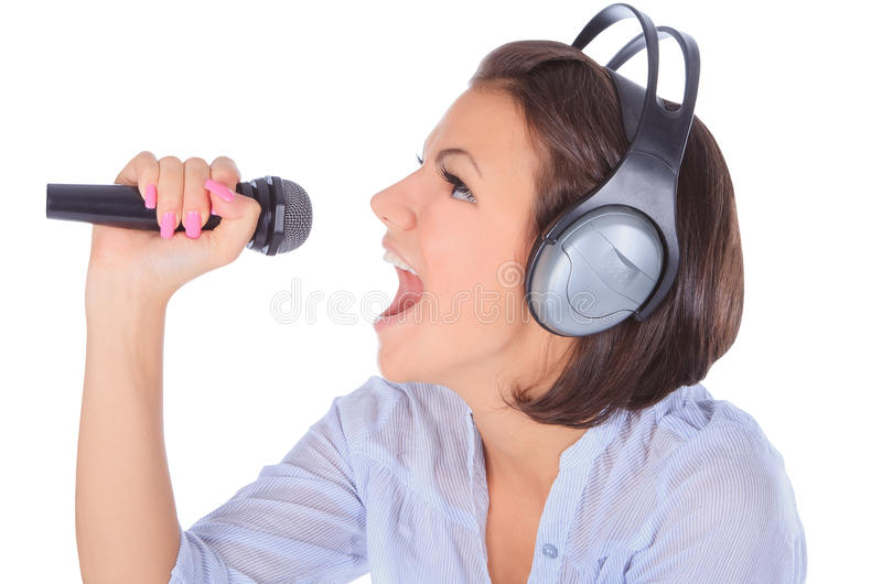 Het vrouwelijke zingen binnen aan microfoon. royalty-vrije stock fotografie