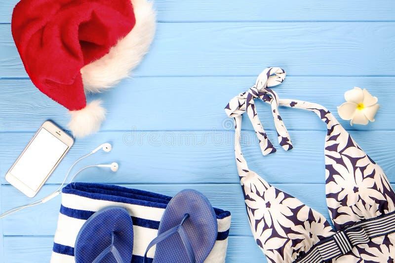 Het vrouwen` s zwempak en de strandtoebehoren met de hoed van de Kerstman de hoogste vlakke mening, legt, kopiëren ruimte Het con royalty-vrije stock afbeelding