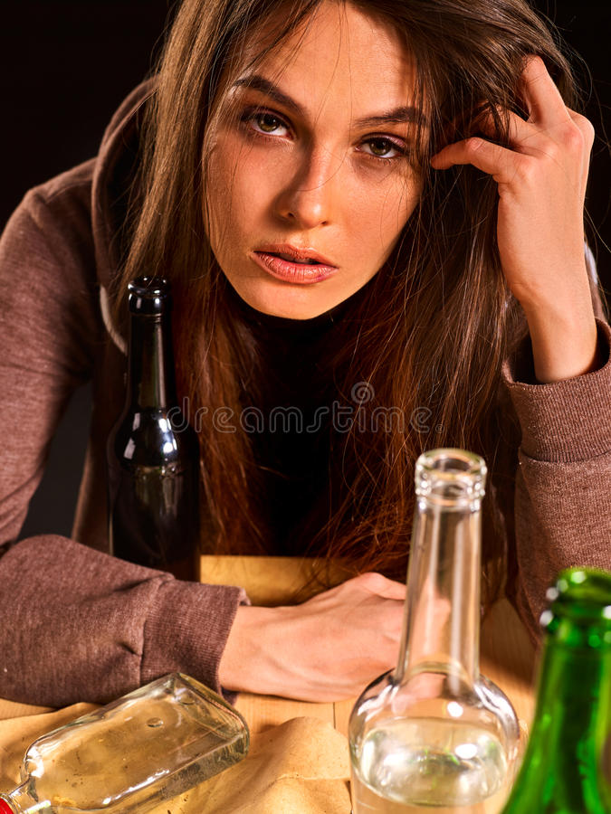 Het vrouwenalcoholisme is sociaal probleem Vrouwelijke het drinken oorzaken slechte gezondheid royalty-vrije stock afbeeldingen
