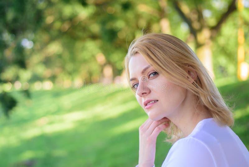 Het vrouwenblonde neemt onderbreking het ontspannen in park U verdient onderbreking en rust Meisje die groene aardachtergrond ont stock fotografie