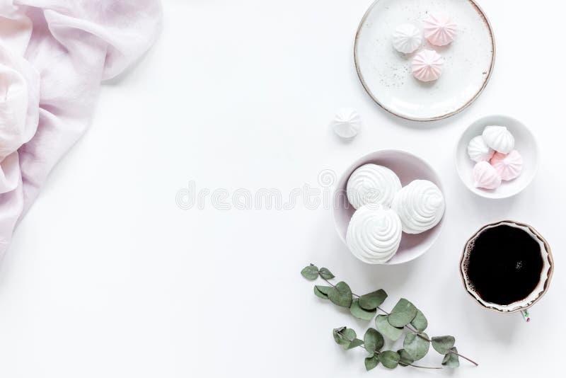 Het vrouwenbureau met installatie, de koffie en de heemst in de lente het desing op witte vlakte als achtergrond leggen model royalty-vrije stock afbeelding