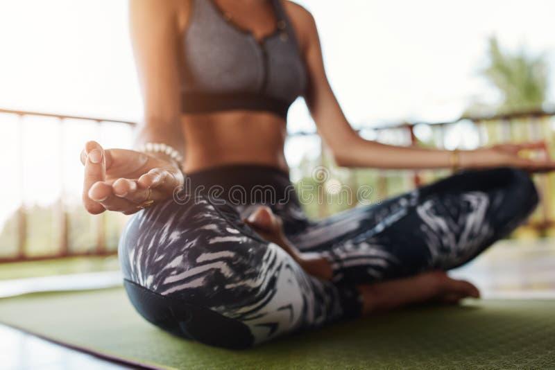 Het vrouwenlichaam in yoga stelt het mediteren stock foto