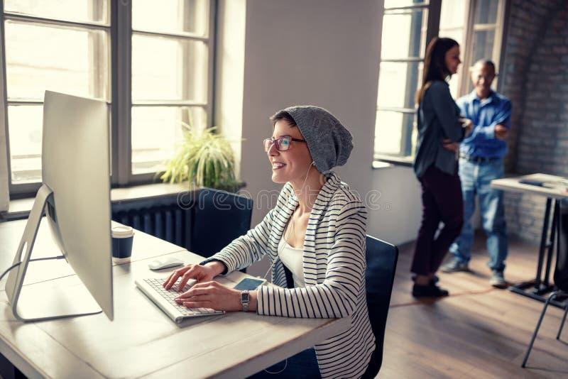 Het vrouwenwerk aangaande computer in bedrijf royalty-vrije stock foto's