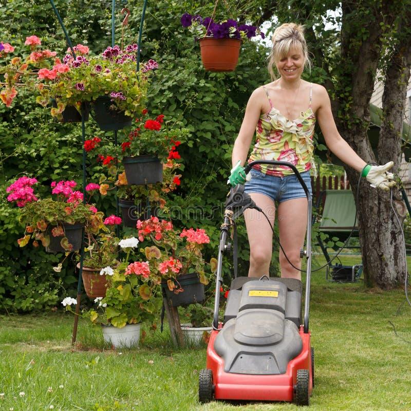 Het vrouwenwerk in tuin royalty-vrije stock afbeelding