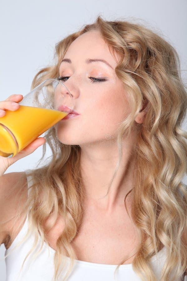 Het vruchtesap brengt vitaminen stock foto's