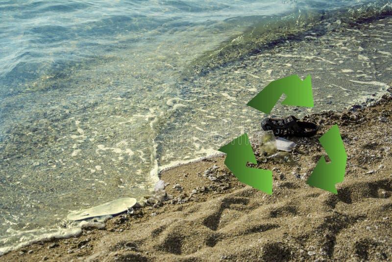Het vuile plastic afval op strandenvlotter langs de golven, mariene verontreiniging schadelijk voor mensen en waterdieren, degrad stock foto