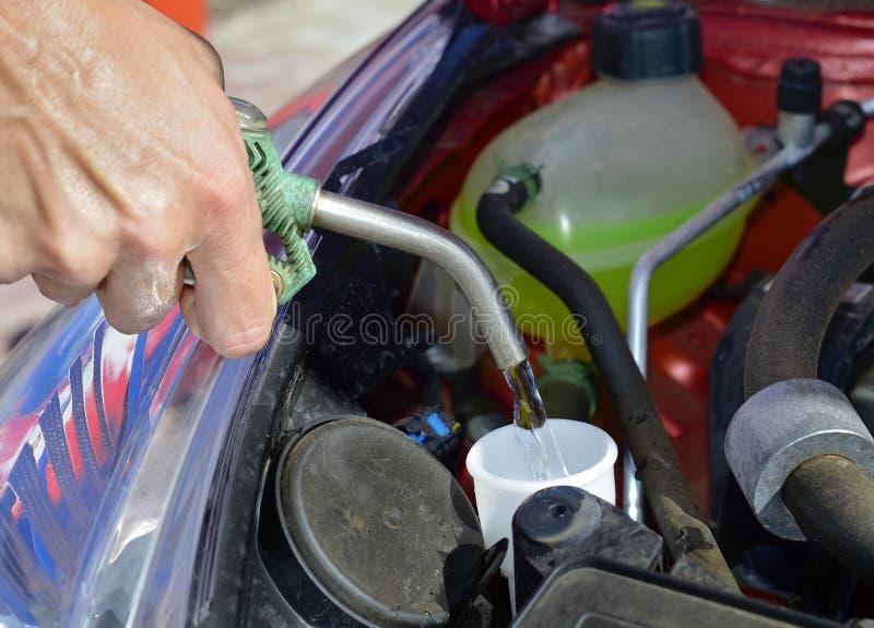 Het vullen van de tank de vloeistof van de windschermwasmachine royalty-vrije stock foto's