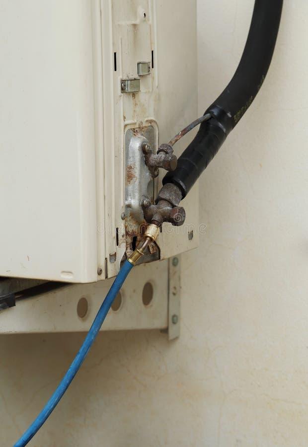 Het vullen van koelmiddel aan airconditioner stock foto's