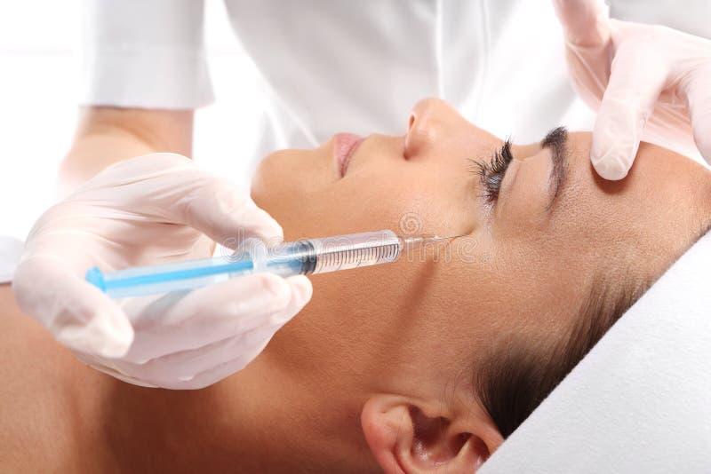 Het vullen van rimpels, kraaiepootjes, injectie van botox stock foto's
