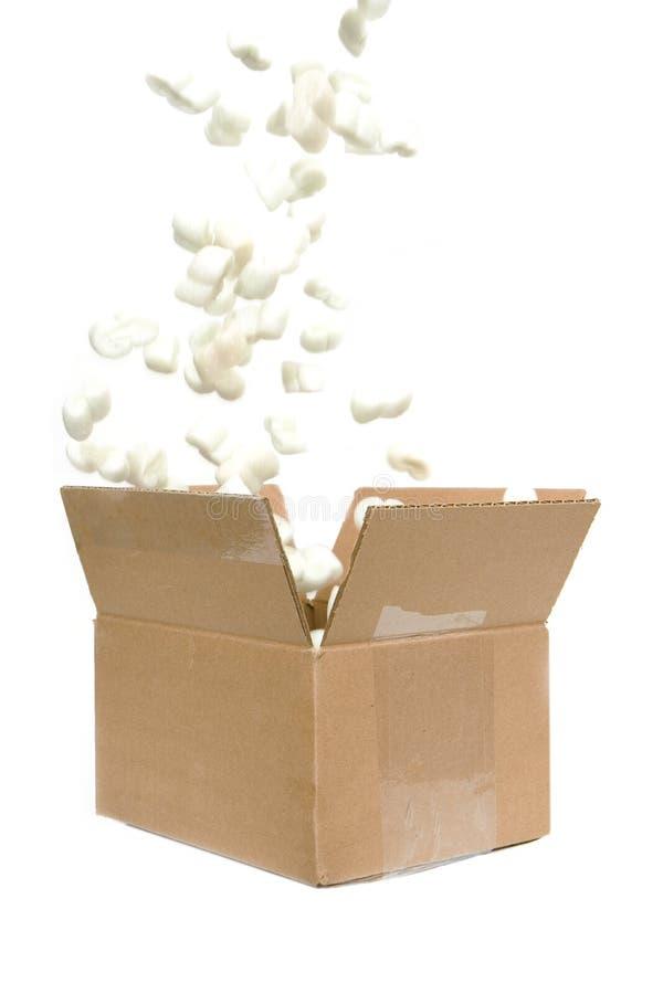 Het vullen van verschepende pinda's in een doos stock fotografie