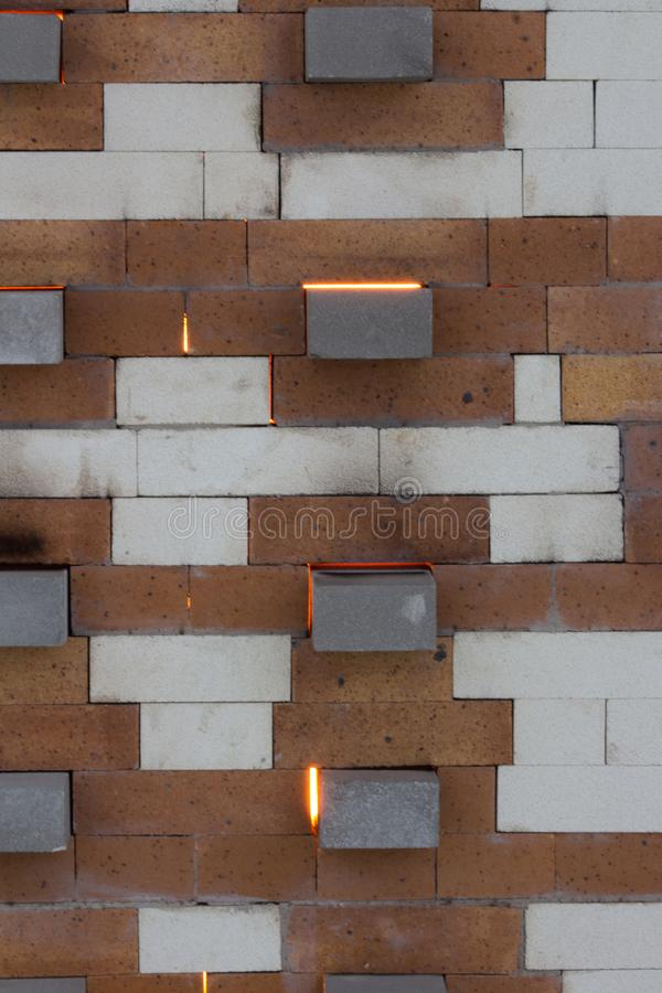 Het vuren van de sodaoven met het gloeien licht van de binnenlandse brand tussen bakstenen stock foto