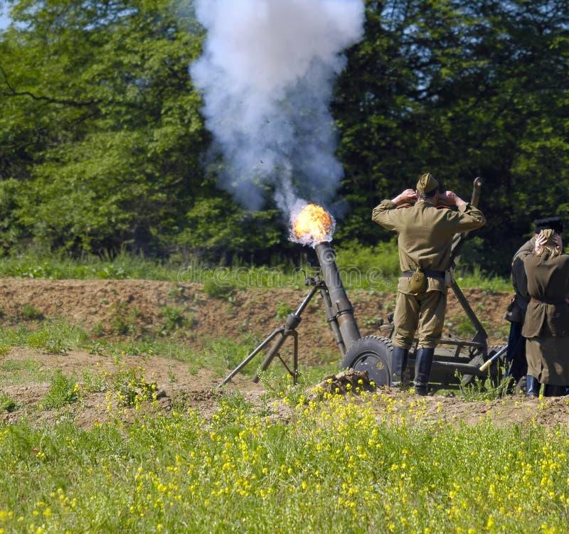 het vuren van het 120 mmmortier royalty-vrije stock afbeelding