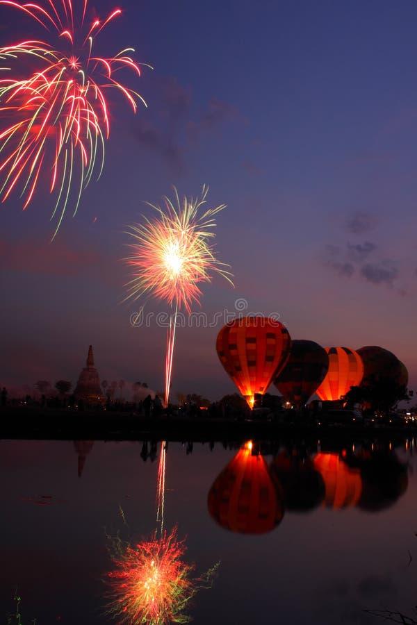 Het vuurwerk toont in de nacht bij Internationale Ballon Festiv stock fotografie