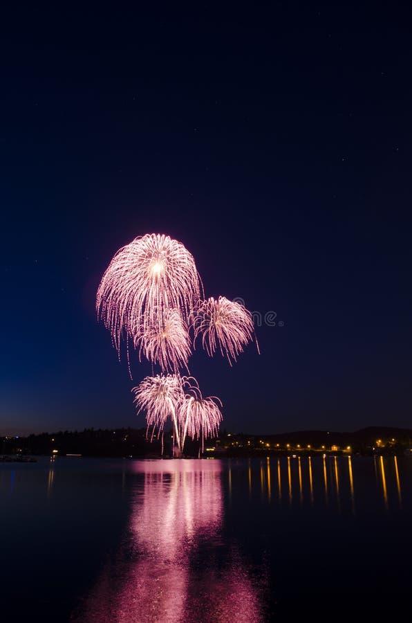 Het vuurwerk toont met sterren in de hemel stock afbeeldingen