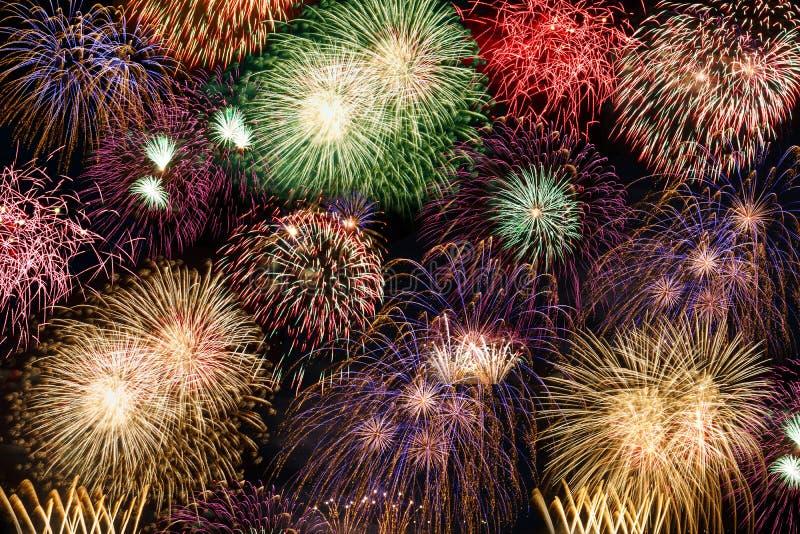 Het vuurwerk van het van het achtergrond oudejaarsavondvuurwerk jarenjaar royalty-vrije stock foto