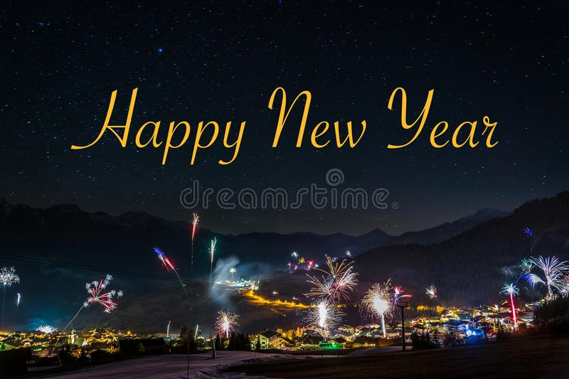 Het vuurwerk van de nieuwjaar` s Vooravond in Fiss in Oostenrijk met de Gelukkige tekst stock foto's