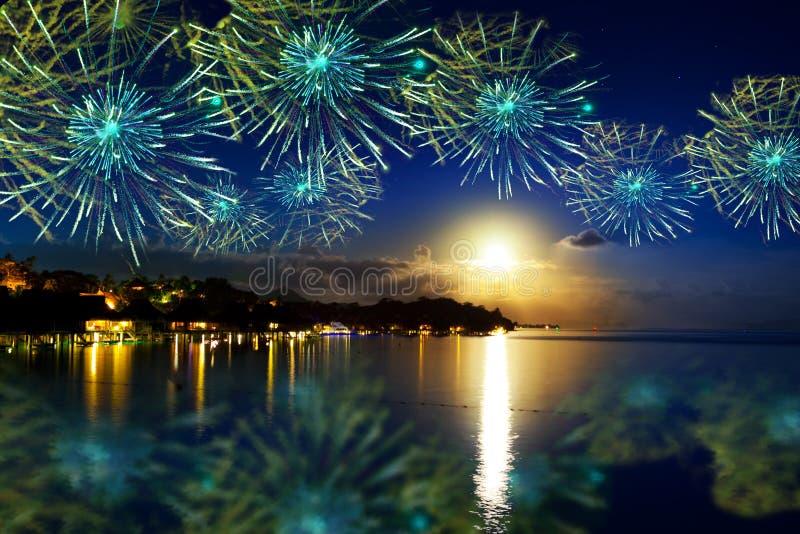 Het vuurwerk van het feestelijke Nieuwjaar over tropisch stock foto