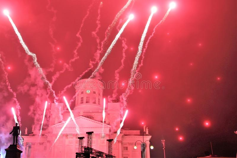 Het vuurwerk van het nieuwjaar op het belangrijkste vierkant van de hoofdstad van Finland Helsinki royalty-vrije stock foto
