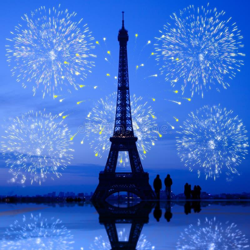 Het vuurwerk van Parijs bij de Toren van Eiffel stock fotografie