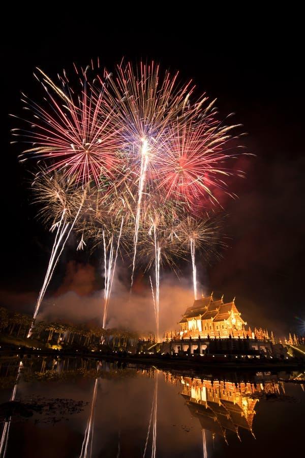 Het vuurwerk viert het Nieuwjaar 2018 bij het Koninklijke Park van Rajapruek, C royalty-vrije stock foto's