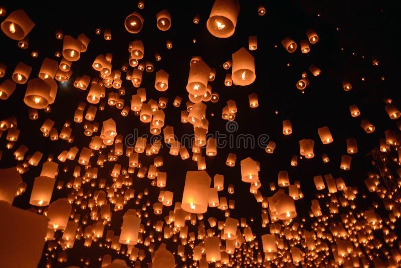 Het vuurwerkfestival van hemellantaarns, Chiangmai, Thailand, Loy Krathong stock foto
