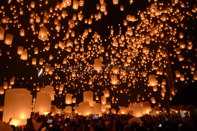 Het vuurwerkfestival van hemellantaarns, Chiangmai, Thailand, Loy Krathong stock fotografie