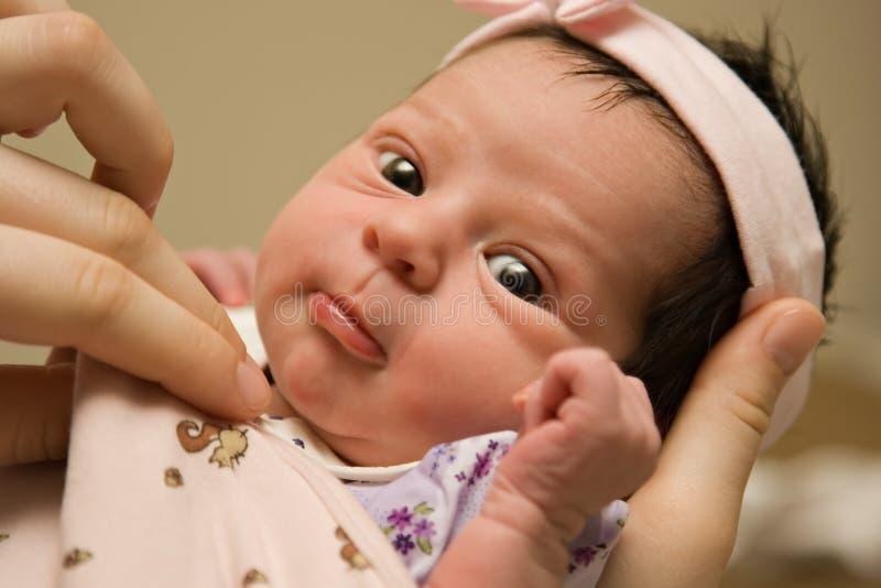Het waakzame meisje van de zuigelingsbaby stock fotografie